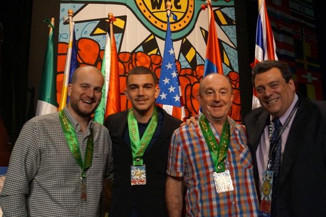 Jon Fernández y José Luis Celaya (EuskoBox), entre Óscar Zardain (MarabillaBox) y Mauricio Sulaimán, presidente del WBC, con las medallas conmemorativas que les impuso este último.