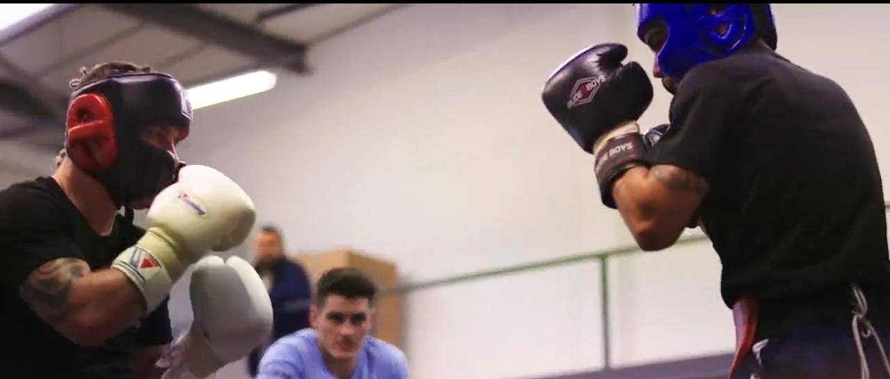 El boxeador de Etxebarri guantea con Carl Frampton en Las Vegas (EEUU) ante la mirada de Shawn McGuigan hace unos días.