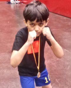 Abdel, de 8 años, con su medalla.