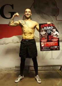 """Andoni Domínguez, en Bunk3r, con el cartel de """"Haro Combate""""."""