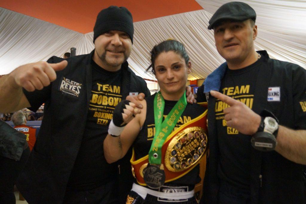 La boxeadora Jéssica Brunet con Jon Kepa Yebra y José Baena. Y el cinturón de campeona del torneo Spanish Legends.