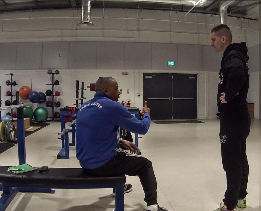 El seleccionador francés de boxeo, Luis Mariano González, charla con Kepa Sabin hace unos días en Dublín.