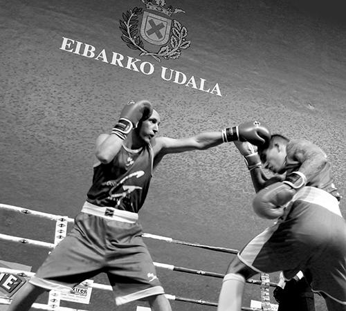 Sebas Portunato lanza una izquierda durante la velada del año pasado.