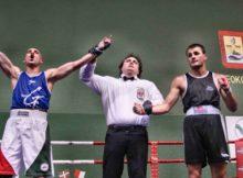 El boxeador de Bermeo expresa su alegría en el momento de ser proclamado vencedor del combate.