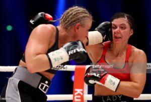 Lindberg ataca a Hammer en uno de los combates por títulos mundiales que disputaron