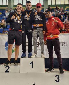 Kevin, de rojo, junto a los medallistas del club vizcaíno Bunk3r Boxing School en el podio.