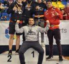 Los boxeadores de Bunk3r y su entrenador, Kepa Sabin, en el podio de los campeonatos de España junyo al gasteiztarra Kevin Saavedra