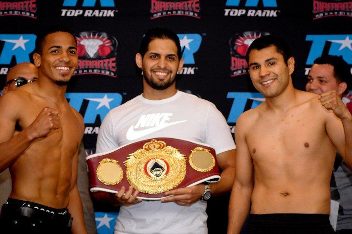 Rodríguez, a la derecha, durante el pesaje del combate en el que se enfrentó a Félix Verdejo por el Latino WBO del peso ligero en 2016