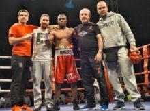 Mendoza y su equipo celebran la consecución del título el pasado mes de abril en el ring del Bilbao Arena.
