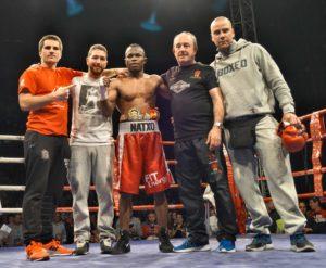 Natxo Mendoza y su equipo celebran la consecución del título el pasado mes de abril en el ring del Bilbao Arena.