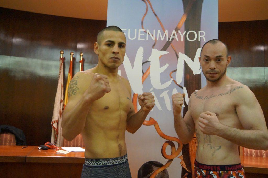 Los boxeadores profesionales Ricardo Fernández MATEO e Israel Tejera esta tarde tras el pesaje en el Ayuntamiento de Fuenmayor