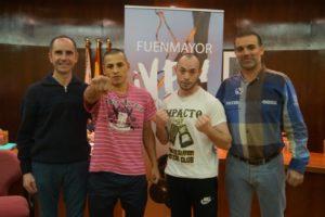 El concejal de deportes, sr López, y el alcalde de Fuenmayor, sr Peso, con los boxeadores.