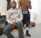 El boxeador profesional Natxo Mendoza y su hermano Fran en el vestuario del Iradier Arena minutos antes de saltar al ring.