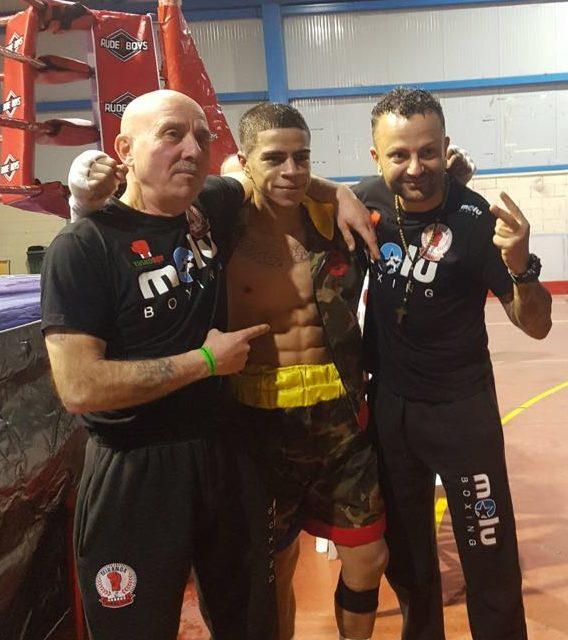 El boxeador proefesional Kevin Baldospino con sus entrenadores en el Pabellón del Ebro
