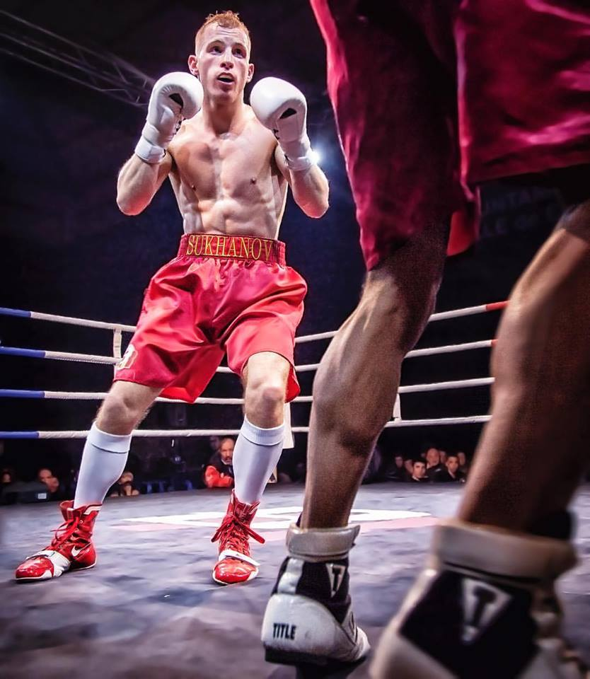 El boxeador profesional Artem Sukhanov durante un combate