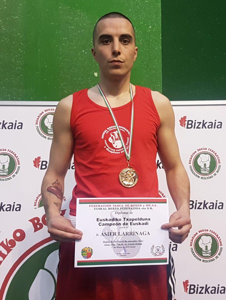 Asier Larrinaga posa con el diploma que le acredita como Campeón de Euskadi y la medalla de oro.