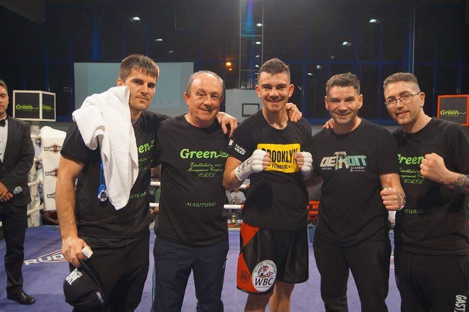 El boxeador Jon Fernandez con parte de su equipo tras vencer en Getxo