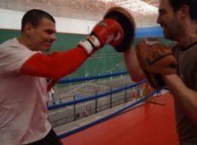 El boxeador getxotarra Guillermo Rivero haciendo manoplas esta semana con Sendoa Jurado.